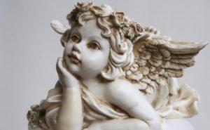 Ein zarter Engel in wei.