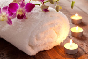 Spa Konzept mit Kerzen und Handtuch / spa concept with candle and towel